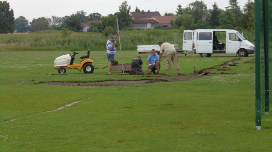 Prace na boisku sportowym przy ulicy Strzeleckiej w Kobylinie