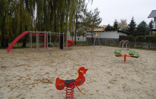 Plac zabaw przy ulicy Grobla w Kobylinie odebrany