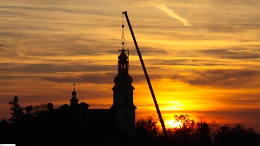 Kopuła wieży kościelnej w Smolicach wróciła na swoje miejsce