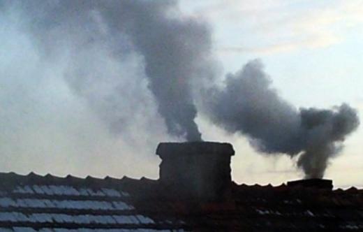 Przepisy antysmogowei zakaz spalania zanieczyszczonych odpadów drewnianych