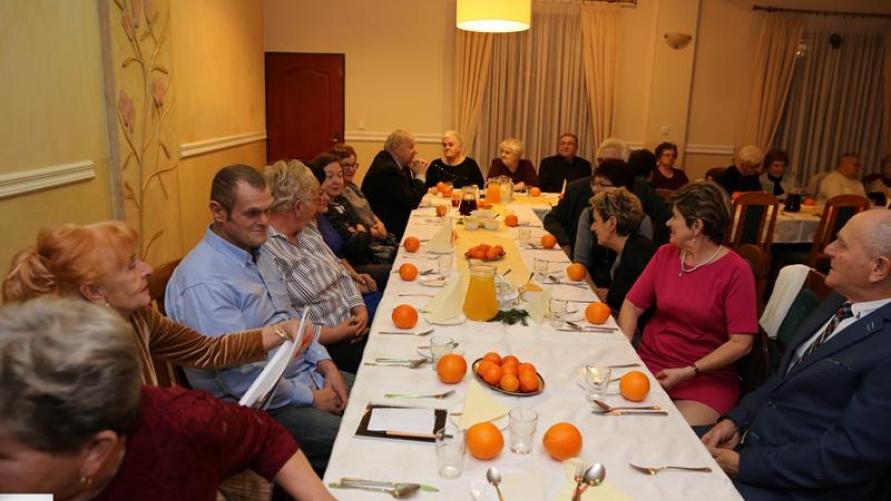 Stół wigilijny z gośćmi.