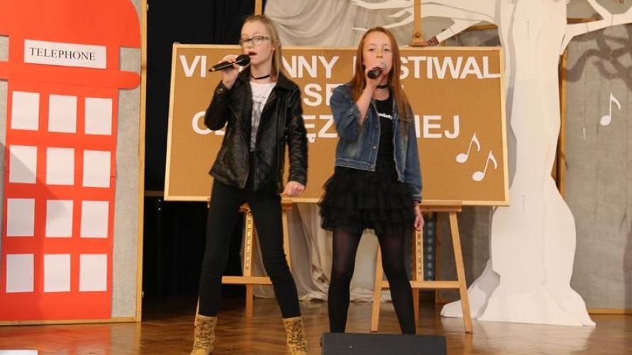 Dwie śpiewające dziewczyny na scenie.