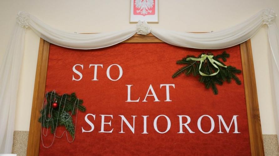 Wystrój ściany z napisem STO LAT SENIOROM.