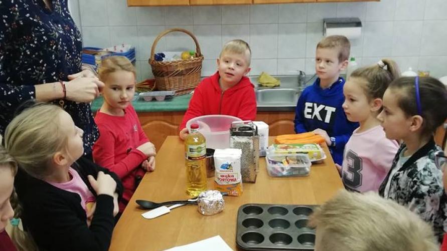 Dzieci przygotowujące kulinarne wypieki.