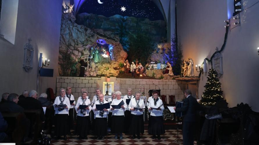 Widok śpiewających osób w Sanktuarium Matki Bożej przy Żłóbku w Kobylinie.