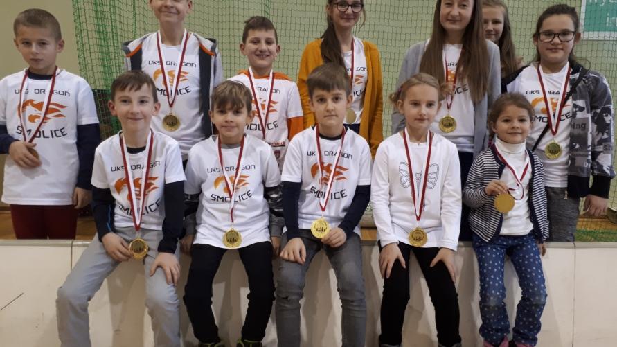 Zdjęcie grupowe dzieci z medalami.