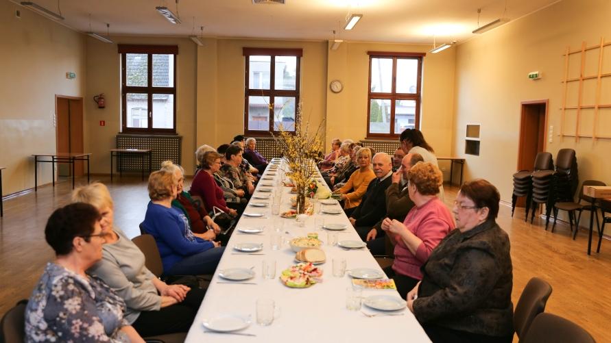 Panie z Koła Gospodyń Wiejskich w Kobylinie podczas spotkania z okazji Dnia Kobiet.
