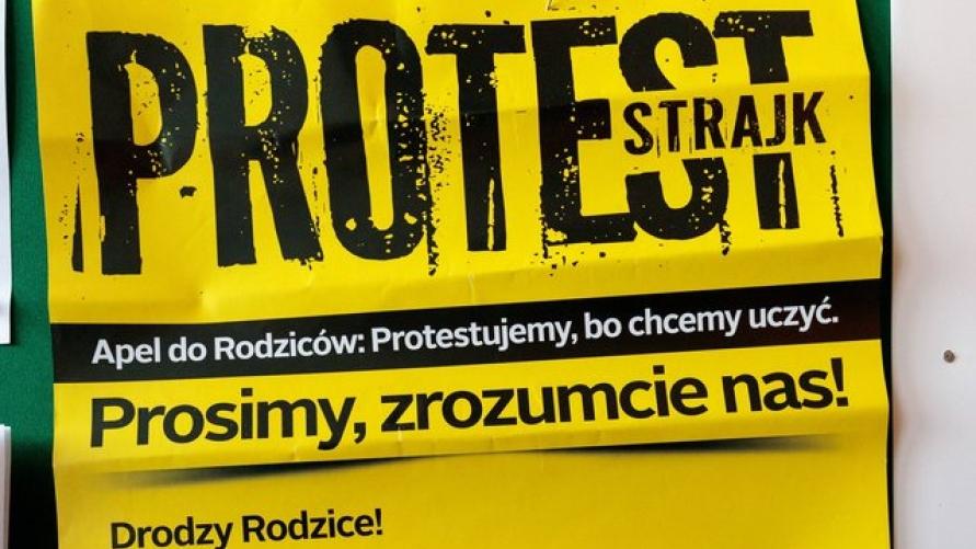 """Wizerunek napisu na żółtym tle """"PROTEST STRAJK Apel do Rodziców: Protestujemy, bo chcemy uczyć. Prosimy, zrozumcie nas! Drodzy Rodzice!"""""""