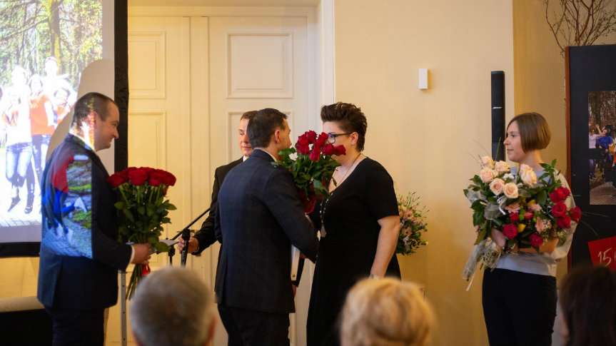 Goście wręczają gratulacje Przewodniczącej Rady Fundacji