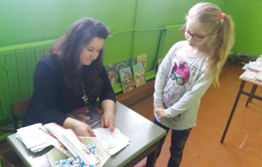 dyrektor biblioteki wypożycza książkę dziecku
