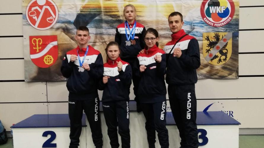 Zawodnicy UKS UKEMI na podium