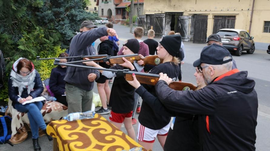 uczestnicy rajdu podczas strzelania z karabinku pneumatycznego