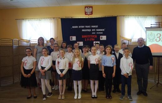uczniowie SP Smolice z opiekunami podczas akademii z okazji rocznicy uchwalenia konstytucji