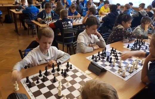 Adam Jarczyński w czasie gry w szachy