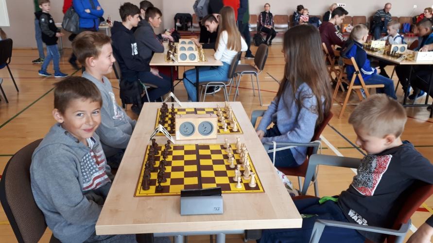 Zawodnicy grający w szachy.