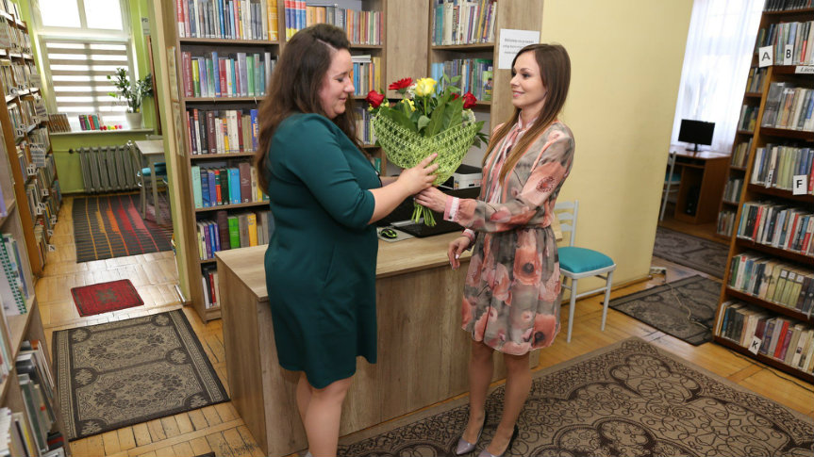 Wręczenie kwiatów w bibliotece.