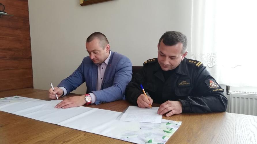 Tomasz Lesiński i st. bryg. Jacek Strużyński