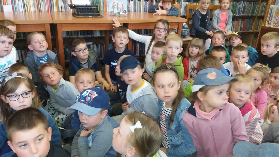 Przedszkolaki w bibliotece.