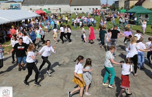 tańczące dzieci podczas festynu w Starymgrodzie