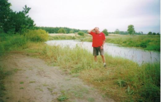 Widok autora wraz z zbiornikiem wodnym.