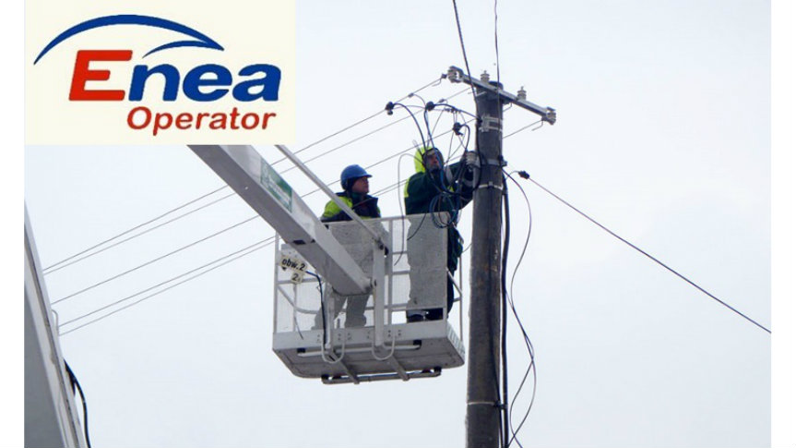 Elektrycy naprawiający przewody na słupie.