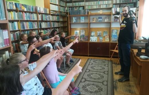 Dzieci w bibliotece.