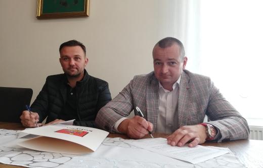 Dwóch mężczyzn podpisuje umowę