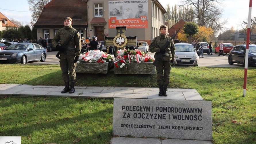 """Warta honorowa żołnierzy przy pomniku """"Poległym i pomordowanym za wolność i ojczyznę"""""""