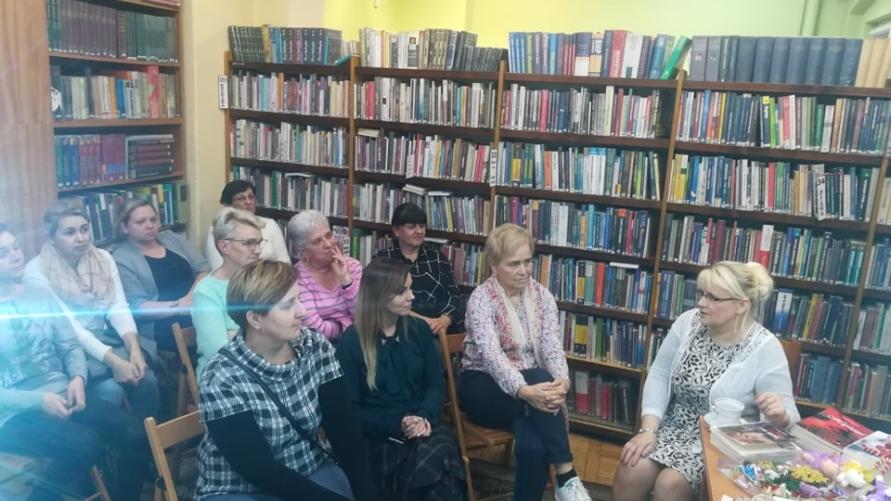 Widok siedzące osoby w bibliotece.