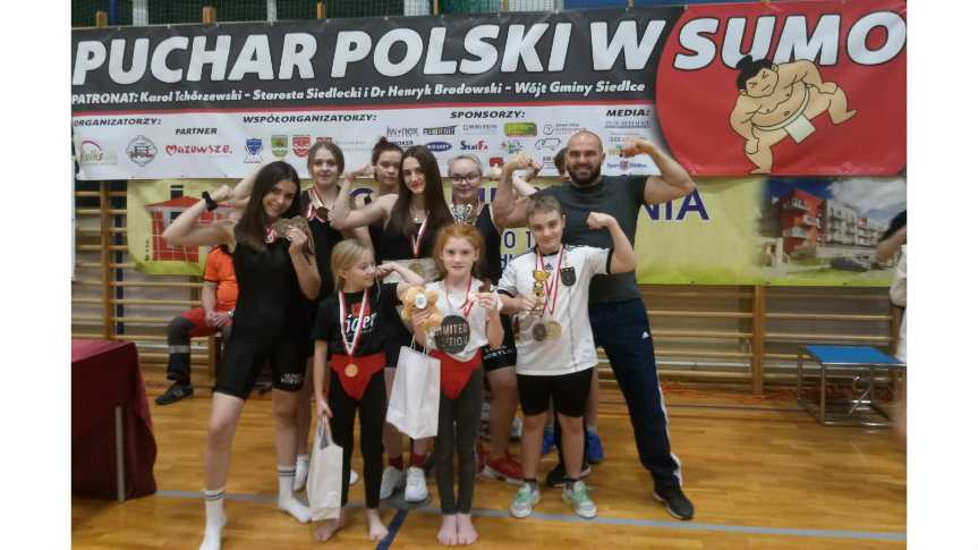 Zawodnicy UKS Samson Kobylin z trenerem