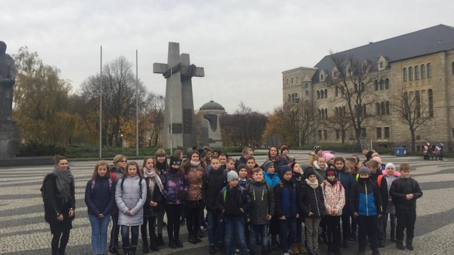 Uczniowie SP Kuklinów przed Pomnikiem Trzech Krzyży w Poznaniu