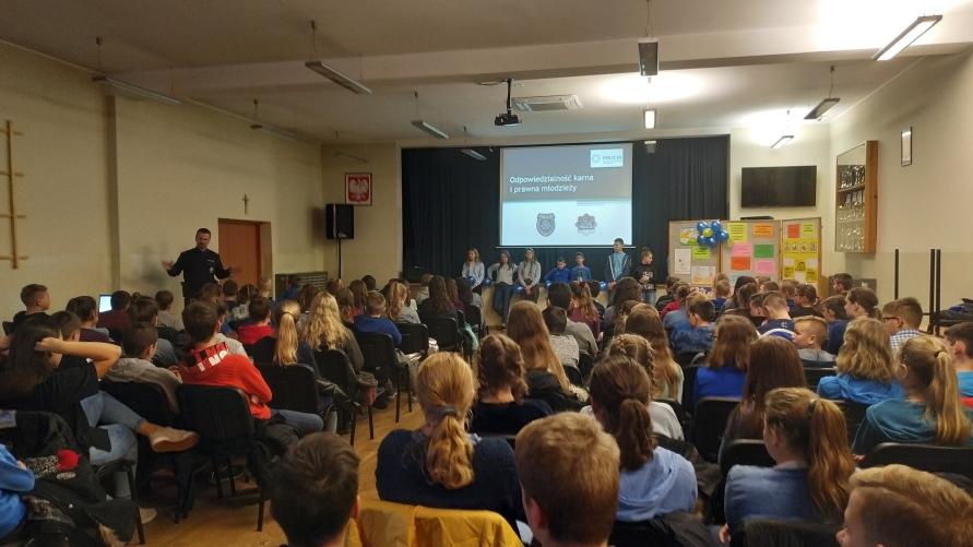 Uczniowie kobylińskich szkół podczas obchodów 30. rocznicy uchwalenia Konwencji o Prawach Dziecka.