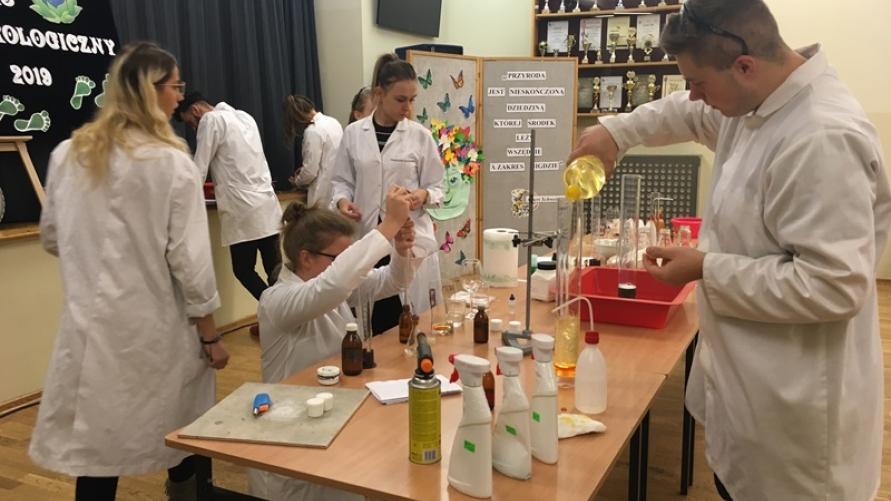 Pokaz doświadczeń chemicznych