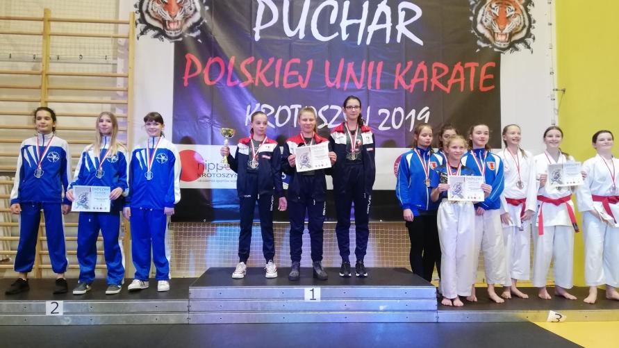 Zawodniczki UKS UKEMI na podium.