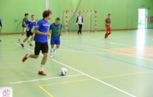 Mecz halowej ligi piłki nożnej.