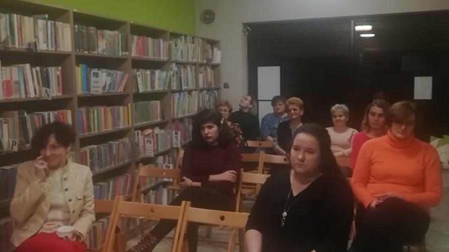 Widok zasiadających gości w bibliotece.