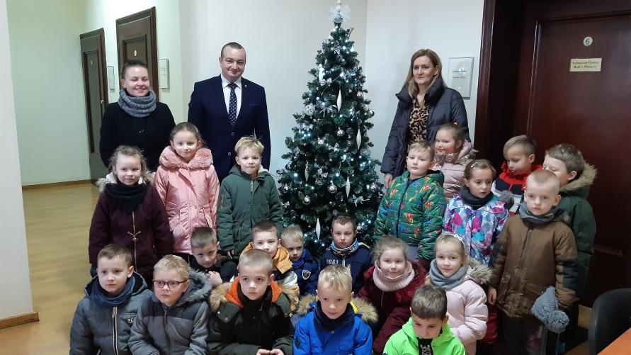 Zerówkowicze z kobylińskiego przedszkola z burmistrzem Kobylina