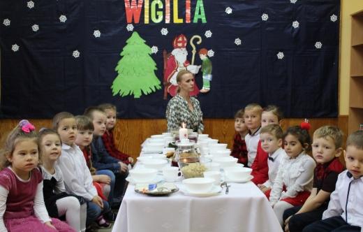 Przedszkolaki przy wigilijnym stole