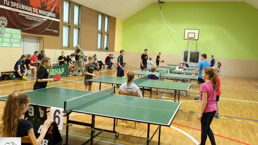 Młodzi tenisiści podczas gry