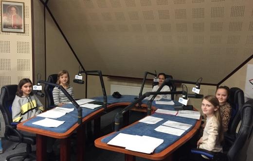 Uczniowie SP Kuklinów podczas nagrywania audycji radiowej