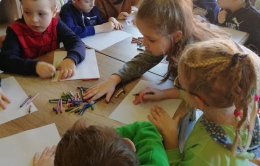 Dzieci podczas zajęć w bibliotece