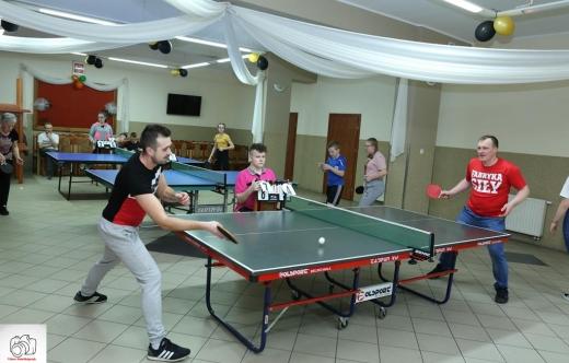 Zawodnicy podczas rozgrywek tenisa stołowego