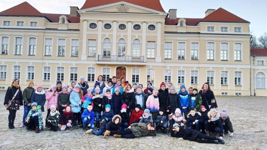 Uczestnicy wycieczki przed pałacem w Rogalinie