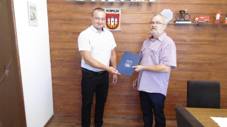 Wręczenie powołania przez Burmistrza Panu Leszkowi Ostojskiemu.