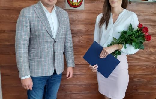 Burmistrz Tomasz Lesiński i nauczycielka Marieta Kulus