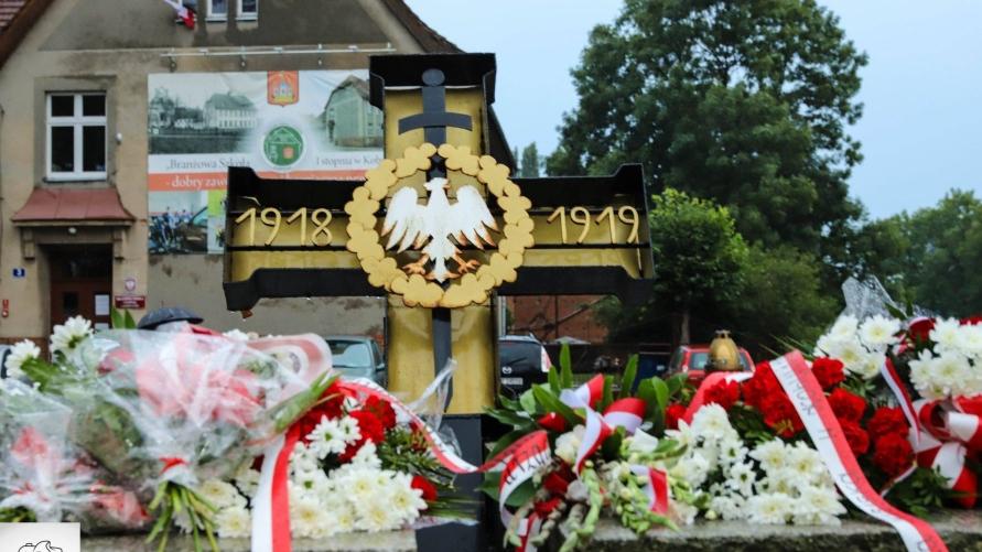 Pomnik z wiązankami kwiatów