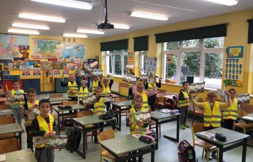 Uczniowie z odblaskami