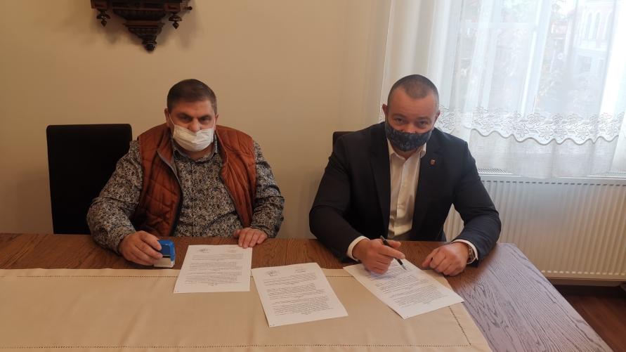 Tomasz Lesiński i Janusz Piskorski podpisują umowę na remont pomieszczeń