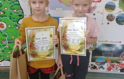 Zdjęcie dwójki dzieci z dyplomami.