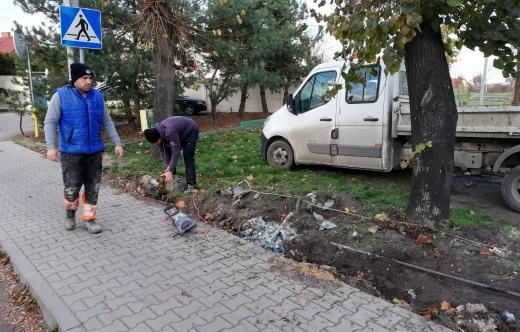 Demontaż starego ogrodzenia przy stadionie w Kobylinie